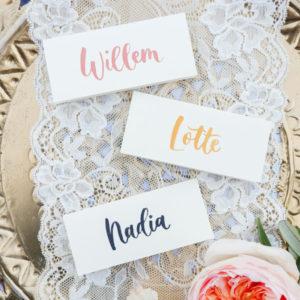 creme tafelkaartjes kalligrafie